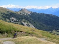 Percorrendo lo sterrato che collega l'alpe Tsecrousa con l'alpe Grand Arpilles - panorama sulla Becca France