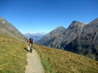 Lungo il sentiero che collega l'Alpe Djouan con l'Alpe Chauplanaz