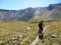 Pedalando lungo il sentiero che collega il Lago Djouan superiore al Colle Manteau (di fronte)