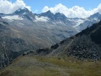 Vista dal Colle Manteau - Il sentiero (da percorrere in seguito) che risale un costone roccioso