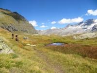 Grandissimi contrasti cromatici lungo il sentiero che sovrasta i Piani del Nivolet