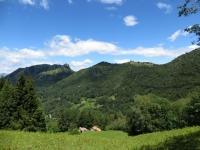 Sguardo sulla Conca d'Esino dal sentiero per l'Alpe di Esino, sullo sfondo il Sasso di San Defendente ed il gruppo dei Pizzi di Parlasco