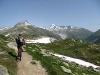 Tratto di sentiero finale per il Grimselpass, sullo sfondo il ghiacciaio del Rodano ed il Passo della Furka