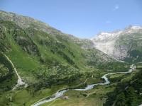 In direzione del Passo della Furca, panorama sul corso del Rodano e tratto terminale (roccioso con cascate) del relativo ghiacciaio