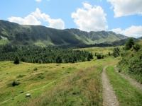 Panoramica sull'Alpe Bovarina salendo lungo la strada per il Lago Retico