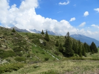 Lungo il sentiero scendendo dall'Alpe di Carì, sguardo sulla