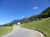 Salita a Carì, sullo sfondo l'abitato di Calpiogna