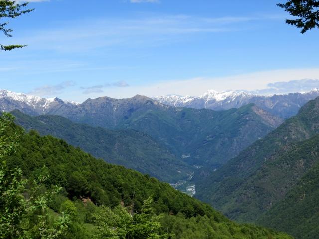 Discesa dalla Bocchetta della Boscarola verso Mera, panorama sulla Valsesia