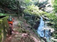 Sentiero da Monti di Pino per il Lago Delio, poco prima del canale Enel