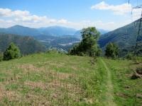 Sentiero che scende a valle dall'Alpe Duragno - Bel panorama sul luganese