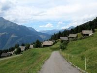 Scendendo dall'Alpe Foppascia - panorama sulle baite di Fararenca con sfondo sul Gottardo