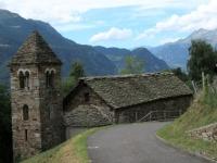 Scendendo dall'Alpe Foppascia - La bella chiesetta di Segno