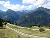 Panorama lungo la salita su sterrato che da Monte Angone porta all'Alpe dei Piai - La Val Chironico tra il Pizzo di Mezzodì ed il Pizzo Forno