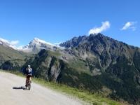In direzione della conca di By - sullo sfondo il Mont Gelè ed ai suoi piedi - visibile - si trova l'Alpe Thoules