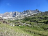 Panorama sull'alpe Balme de Bal - sullo sfondo la corona formata da Becca Crevaye (3.320), Mont Clapier (3.437), Monte Berrio (3.077) e Punta Fiorio (3.332)