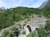 Passaggio su caratteristico ponte in pietra salendo da Novalesa in direzione di Moncenisio