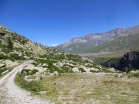 Superato il lago di Roterel in direzione della località Chemin du Glacier - sullo sfondo la massicciata del lago del Moncenisio