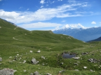 La strada da percorrere per salire in direzione dell'Alpe Lamet - sullo sfondo il Passo delle Finestre