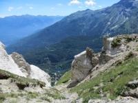 In direzione dell'Alpe Lamet - caratteristiche formazioni rocciose. Sullo sfondo il Lago Grande nei pressi dell'abitato di Moncenisio