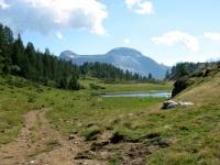 Nei pressi dell'Alpe Sangiatto, sullo sfondo il Monte Cistella ed il Pizzo Diei