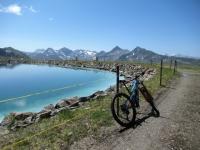 Il bel lago artificiale che si incontra con brevissima deviazione scendendo dallo Jakobshorn prima di imboccare il single track