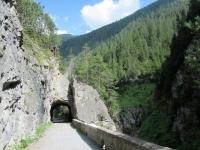 Lo sterrato che percorre la stretta gola del torrente Landwasser  (gola di Zügen)