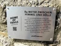 Alps Epic Trail Davos - Targa nei pressi del famoso ponte di pietra percorso sul bordo da Danny Macaskill nel video Home of Trails