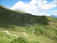 Panorama sull'alpeggio Corte Cima di Pozzolo dal rifugio San Jorio con la strada percorsa per l'ascesa