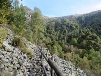 Lungo il sentiero F5 da Artignaga al Ponte in metallo sul torrente Sessera - Tratto difficoltoso, in parte ciclabile, su pietraia