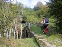 Il Ponte dei Lavaggi sul torrente Dolca dove inizia il difficile sentiero F6