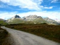 Sterrato negli alpeggi di Maighels in direzione del Passo