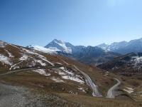 Panorama dal colletto sopra il Colle Basset - La strada che scende a Sestriere