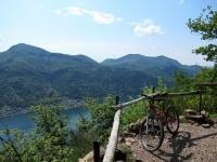 Panorama sul Lago Ceresio superata l'Alpe Vicania - sullo sfondo il Monte San Giorgio (sx), il Monte Orsa (dx) ed il Pravello (centro)
