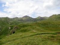Panorama in prossimità dell'alpeggio Tsa de la Comba - sullo sfondo la corona di vette che circonda il Rifugio Mont Fallère (al centro poco visibile)