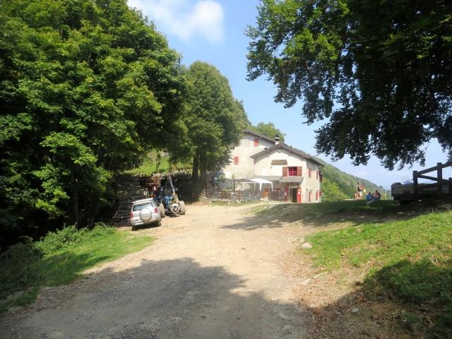 Rifugio Bugone lungo l'Alta Via dei Monti Lariani