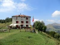 Rifugio Prabello lungo l'Alta Via dei Monti Lariani