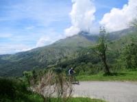 Salita al Monte Calvo, sullo sfondo la Punta Quinzeina