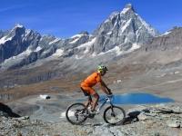 Quota 3.080 - Pedalando accompagnati da un grandioso panorama sui Laghi delle Cime Bianche, Cervino e Grandes Murailles