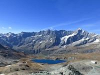 Il Lago Goillet, più in giù la conca di Cervinia e le Grandes Murailles in sfondo