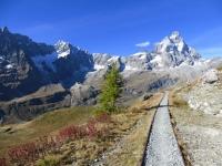 Lungo la vecchia ferrovia Decauville a scartamento ridotto in direzione delle piste sovrastanti Cervinia