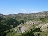 In direzione del Col de Granon - Panorama sui pascoli del vallone che lo precede, sullo sfondo il Massiccio degli Ecrins