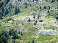 Resti di baraccamenti militari sotto la Grand Meyret  poco prima del Col de Granon