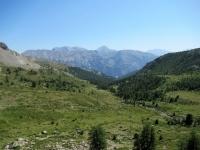 In direzione del Col de Granon - Panorama sui pascoli del vallone che lo precede, sullo sfondo al centro il Monte Chaberton ed i rilievi di confine della Val Susa