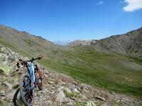 Lo spettacolare trail dal Col des Cibiéres al Col de L'Oule che corre sopra l'area dei Cibiéres