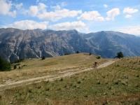 Salita al Col de Granon - Sullo sfondo la catena di rilievi che divide la Val di Susa dalla Valle della Clarée (il gruppo del Crête de Pécé e la Tête Noire)