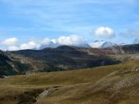 Sullo sfondo a sinistra il Col de Granon e dietro il Massiccio degli Ecrins