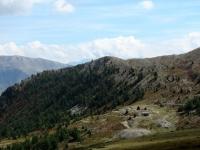 Resti di baraccamenti militari poco prima del Col de Granon