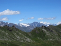 Panorama dal Col Fetita - A sinistra in lontananza la punta del Dent Blanche (4.356), al centro  il Mont Gele' (3.518), parzialmente coperto dalle nuvole sulla destra la piramide del Cervino (4.478)