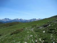 Sentiero per il Col du Bard - Sullo sfondo il massiccio del Rutor (3.486)