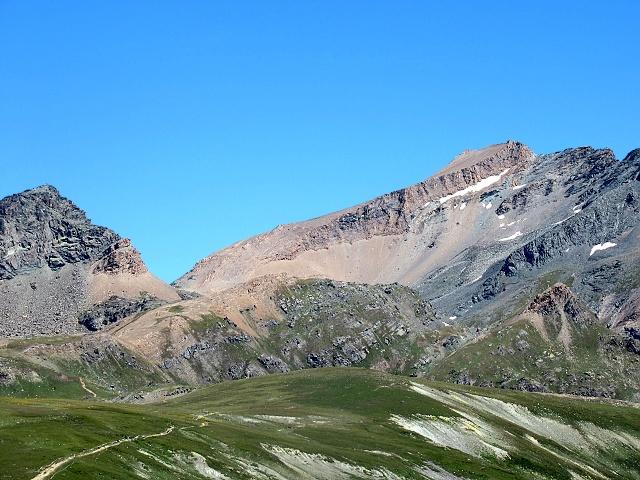 Al centro il Col Leynir, sulla sinistra la Punta Leynir, sulla destra il Taou Blanc